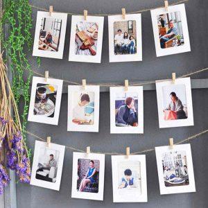 fotos colgadas con clips y paspartus