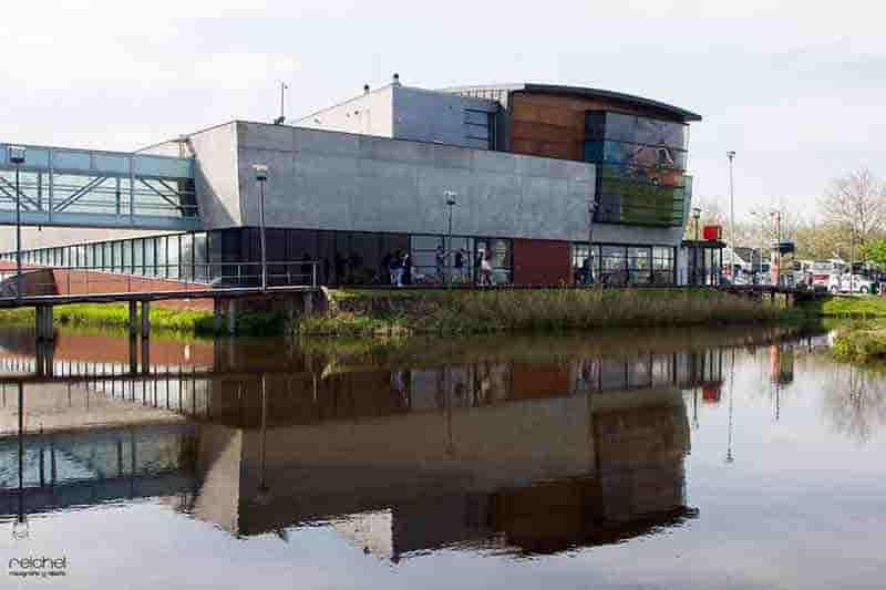 reflejos de edificios en el-agua