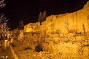 murallas romanas de zaragoza de noche
