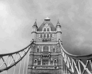 puente de la torre en blanco y negro