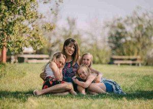 madre con sus hijas