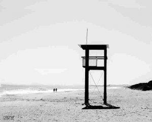 rincones de playa en blanco y negro