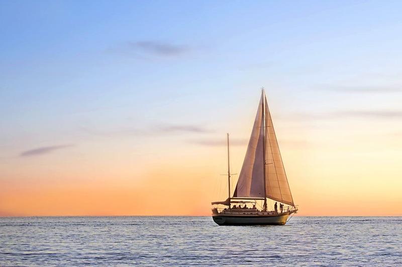 barcos de vela al atardecer